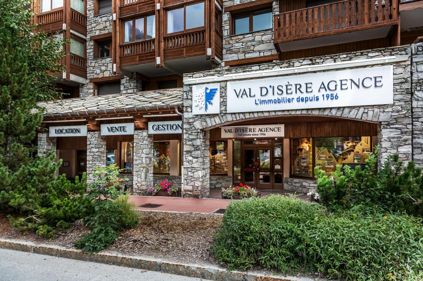 2015 : New visual identity for Val d'Isère Agence, new logo and a new website. - 2016 : Change of the signboards, more trendy ones, and even more iconic : the snowflakes and the eagle are fusioning as one.